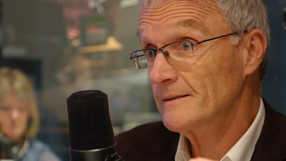 Le professeur Stephen Cunnane, chercheur au Centre de recherche sur le vieillissement de Sherbrooke, en entrevue avec Réjean Blais