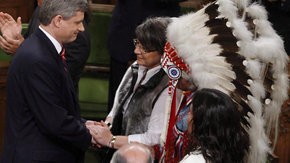 M. Harper serre la main de Mme Simon.