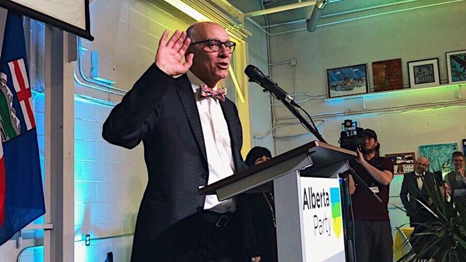 Stephen Mandel en point de presse lors de la soirée électorale de 2019.