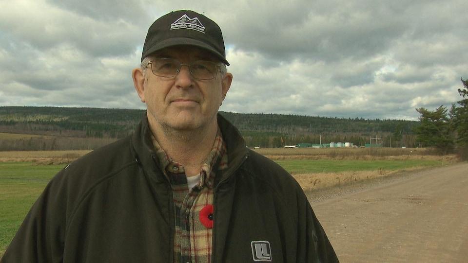 Le fermier Stephen Moffet en entrevue sur sa terre.