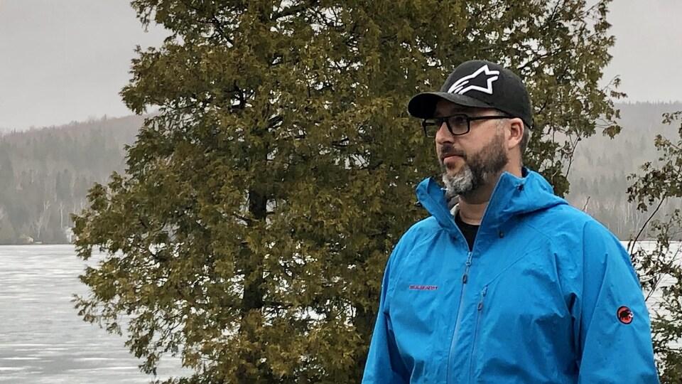 Steve Bouchard dehors devant le lac du Portage.