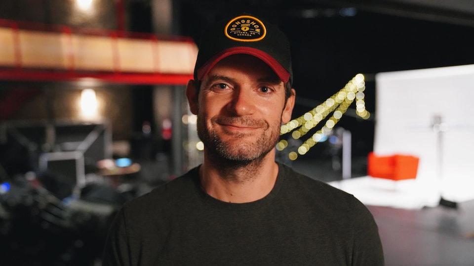 Steve Jodoin sur un plateau de tournage.