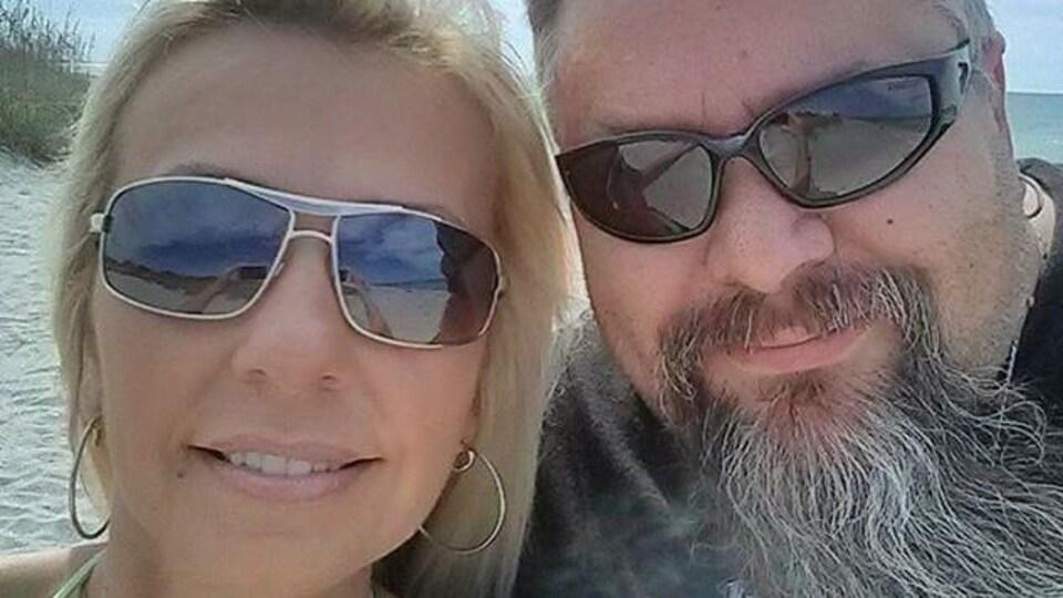 Steve McCall et sa femme à la plage.