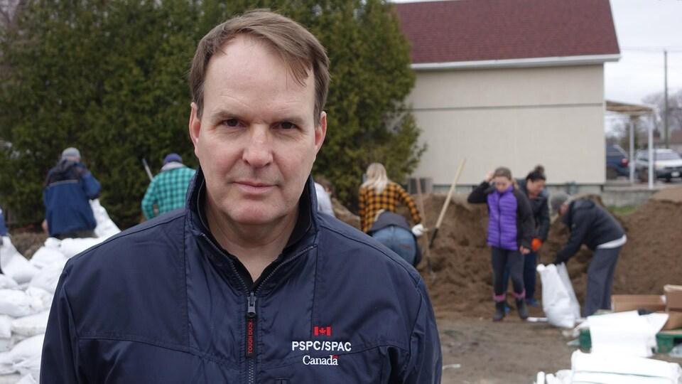 Steven MacKinnon lors d'une corvée d'ensachage de sable à Gatineau.