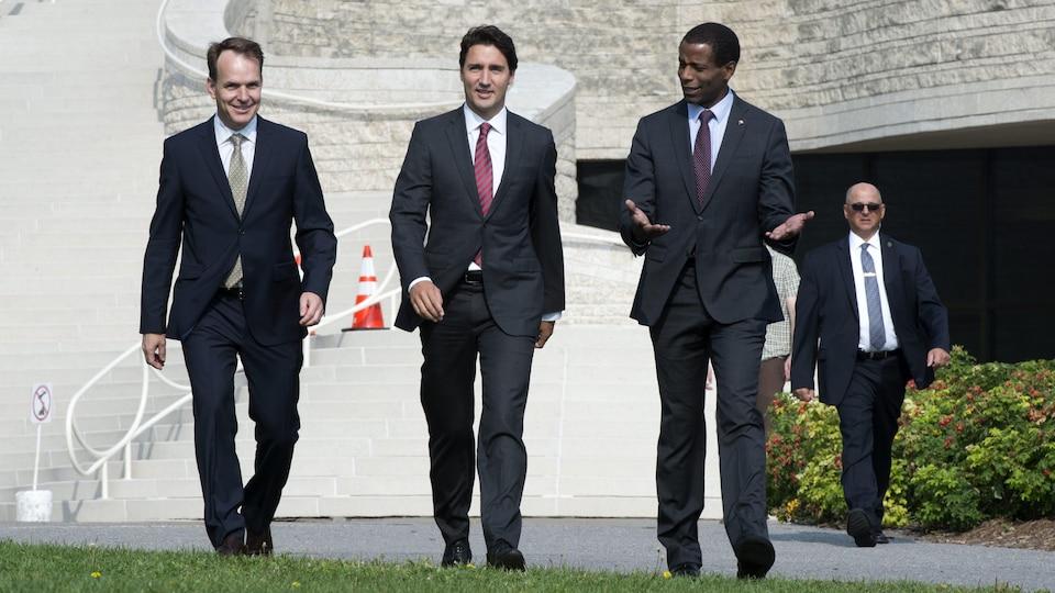 Justin Trudeau marche en compagnie de Steven MacKinnon et de Greg Fergus en septembre 2015.