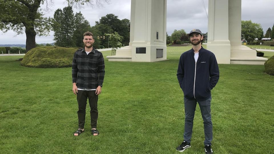 Les frères Steven et Mark Langford respectant la distanciation physique.