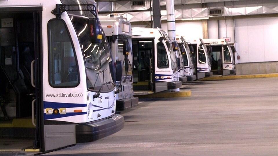Des autobus de la Société de transport de Laval