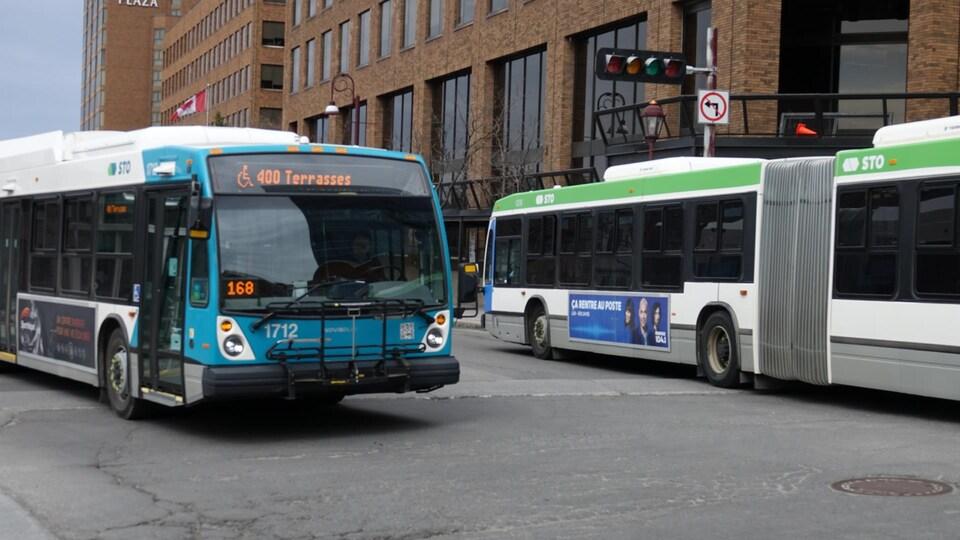 Deux autobus de la STO se croisent.