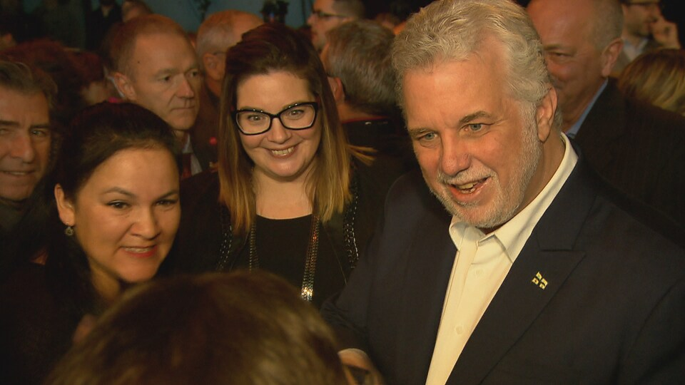 Le premier ministre du Québec, Philippe Couillard, et son adjointe parlementaire pour les dossiers jeunesse, Karine Vallières, lors du dévoilement de la Stratégie d'action jeunesse 2016-2021