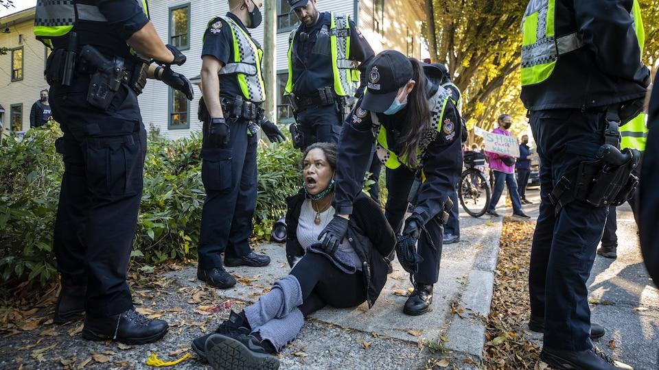 La militante Chrissy Brett est arrêtée pendant une manifestation dans le quartier Strathcona à Vancouver.