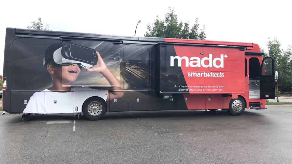 Un autobus avec une photo grand format d'un enfant qui porte des lunettes de réalité virtuelle.
