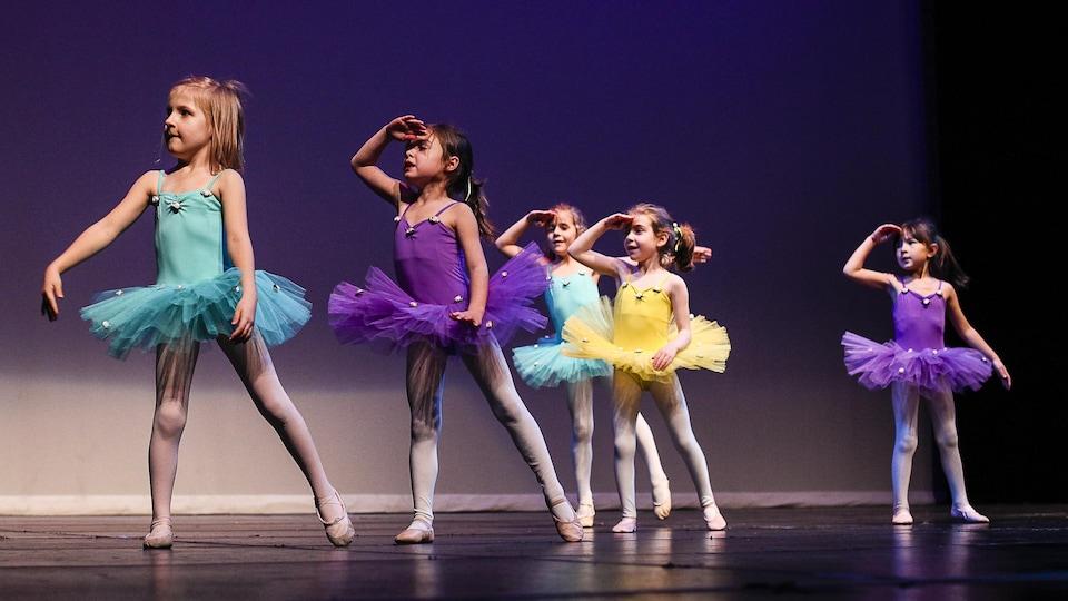 Des jeunes filles en tutu dans un studio de danse.