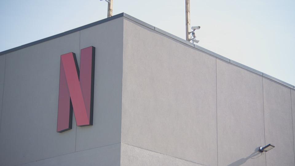 Un édifice avec le logo de Netflix.