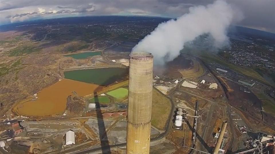 Vue spectaculaire de la super cheminée de la minière Vale à Sudbury.