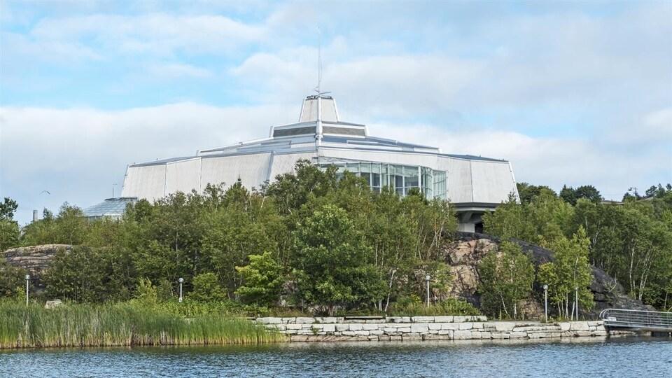 Le centre Science Nord de Sudbury, vu du lac Ramsey