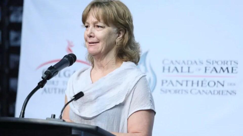 Sue Holloway s'adresse à un foule à un podium.