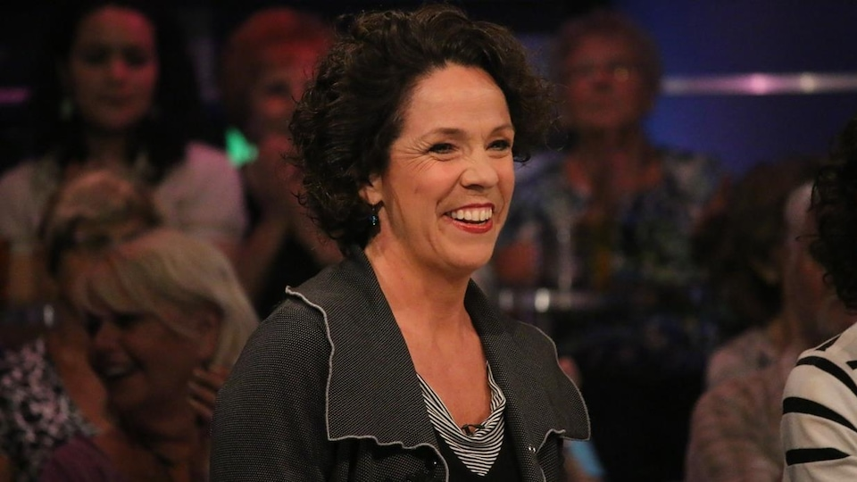 Sue Montgomery sur un plateau de télévision.