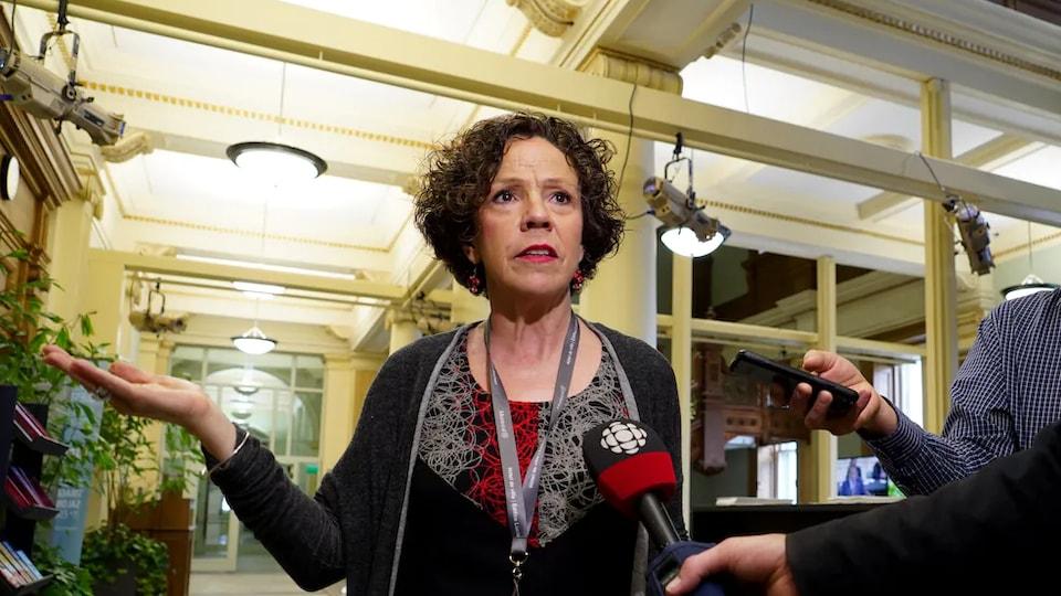 Sue Montgomery en mêlée de presse.