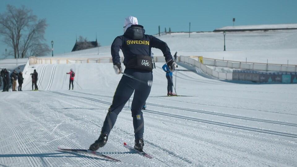 Un membre de l'équipe suédoise de ski de fond à l'entraînement mercredi sur le parcours de la coupe du monde de Québec