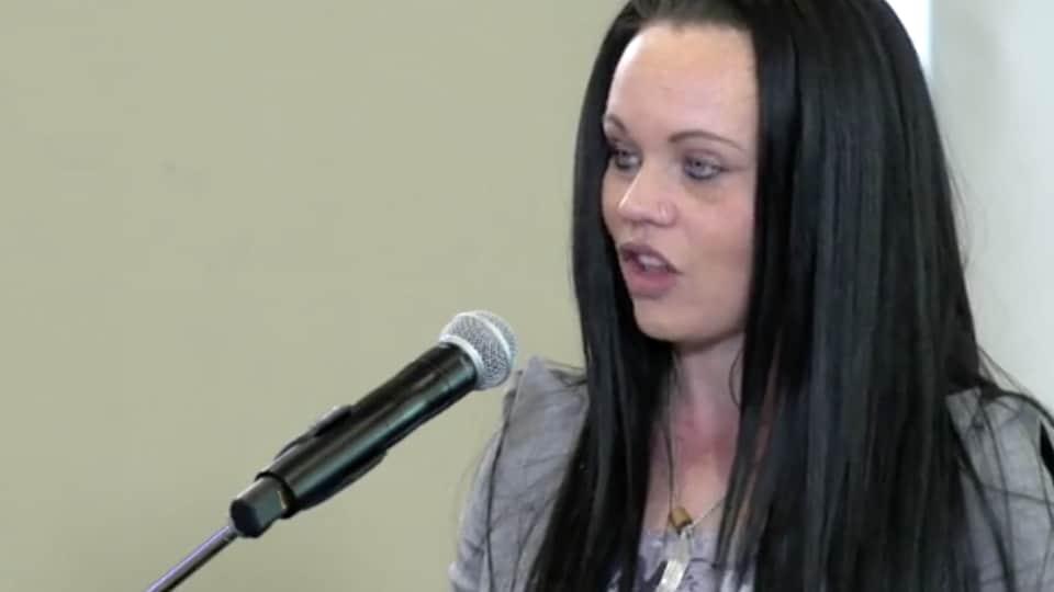 Summer-Rain Bentham, intervenante à Battered Women's support services de Vancouver, témoigne à l'enquête nationale sur les femmes autochtones.