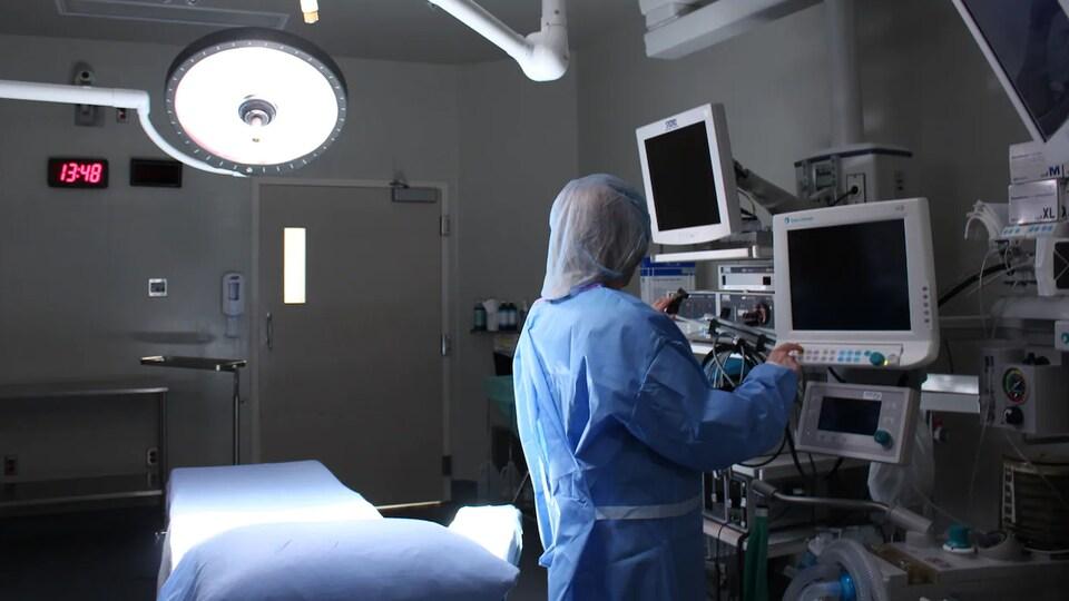 Une infirmière vérifie de l'équipement dans une salle d'opération.