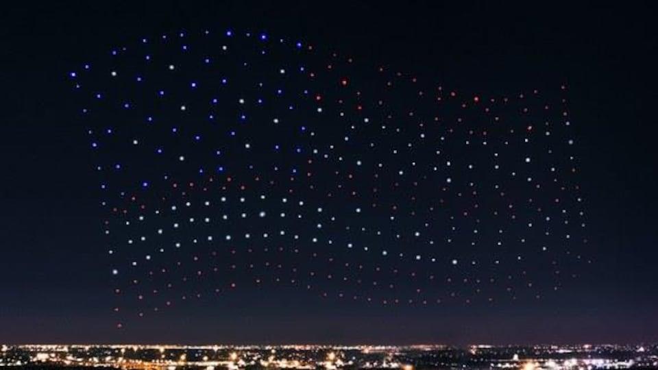 300 drones munis chacun d'une lumière DEL forment un immense drapeau américain au-dessus du stade où se tenait le Super Bowl dimanche à Houston