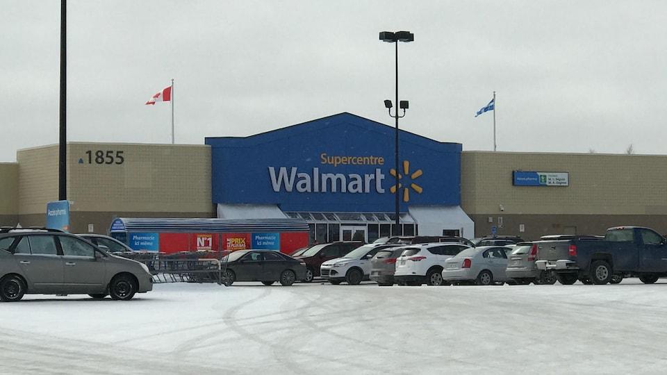 Le stationnement du magasin Walmart Supercentre de Val-d'Or.