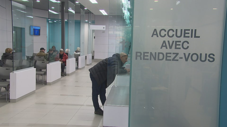 Des patients dans la salle d'attente de la clinique Lévis-Métro.