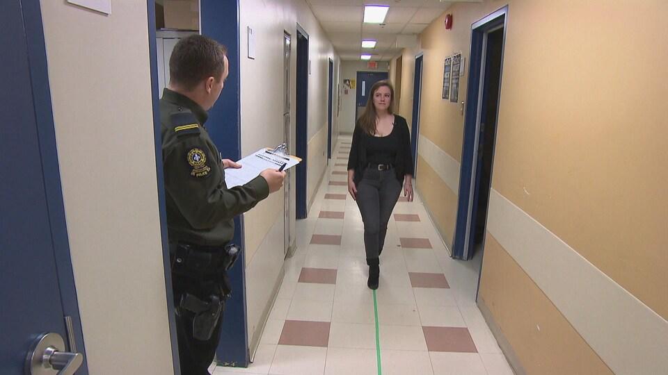 Un policier demande à une jeune femme de marcher sur une ligne droite.
