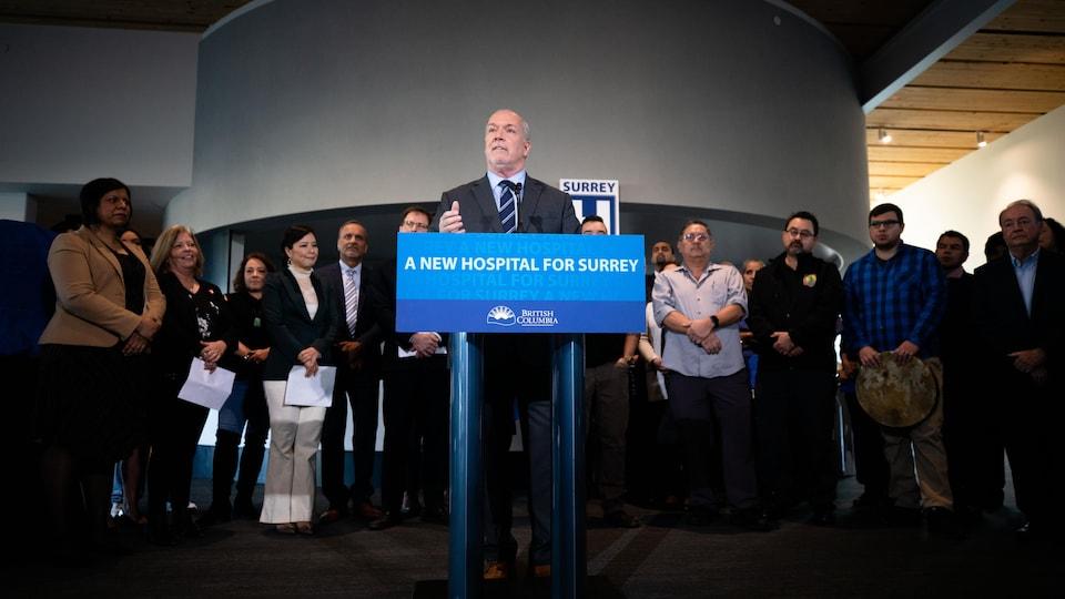 Le premier ministre de la Colombie-Britannique John Horgan en conférence de presse.