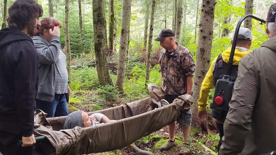 Des survivalistes québécois en forêt.