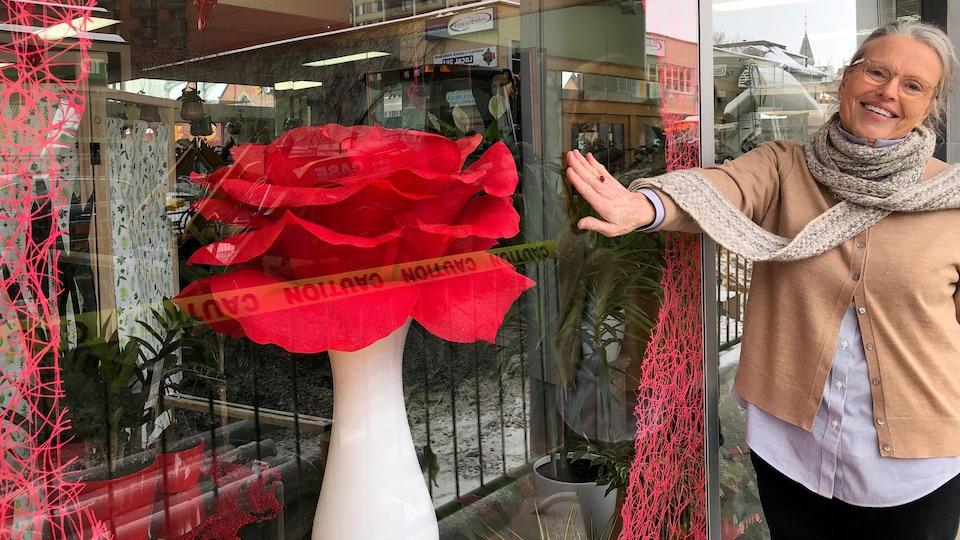 Susan Murray devant la vitrine de sa boutique de fleuriste.