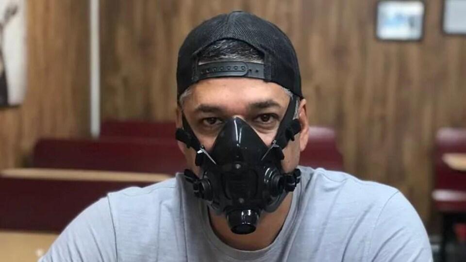 Un homme avec un masque.