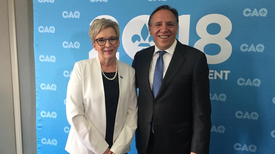 Suzanne Blais, candidate de la Coalition avenir Québec, en compagnie du chef de la CAQ François Legault
