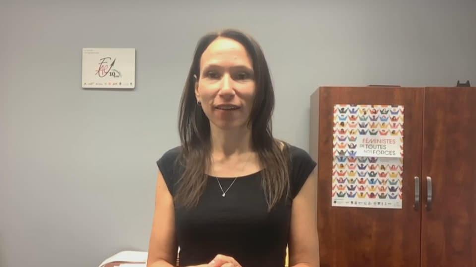 Suzanne Tremblay répond aux questions d'une journaliste.