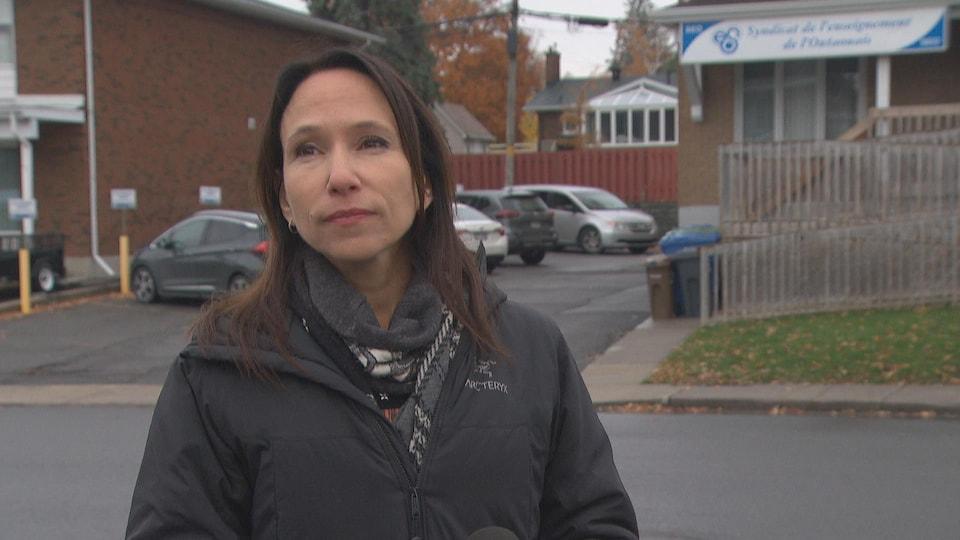 Suzanne Tremblay, en entrevue sur le trottoir, devant le bureau du syndicat de l'enseignement.
