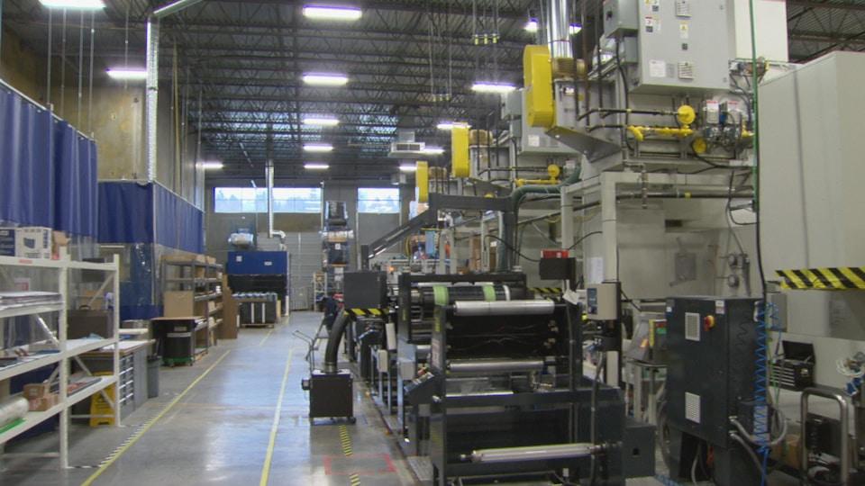 Vue intérieure d'une usine avec plusieurs machines industrielles.
