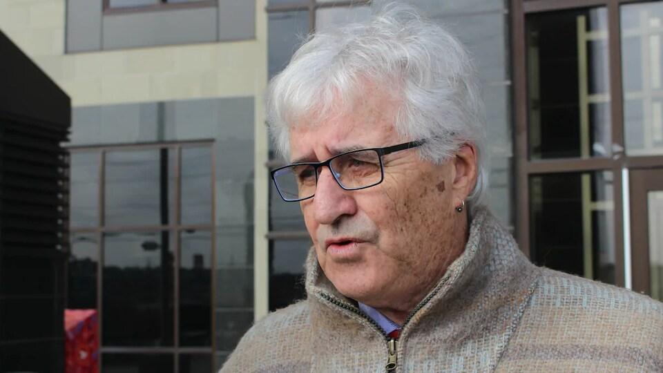 Michael Swinwood interviewé devant le palais de justice de Moncton.
