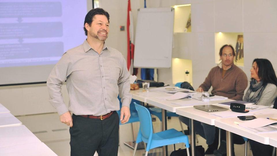 Un enseignant dans une classe.