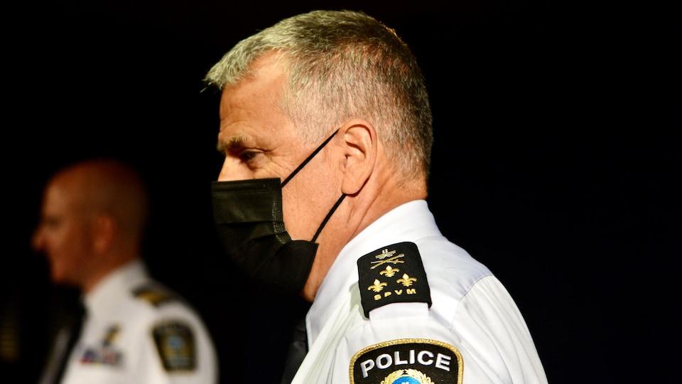 Le chef Caron, masqué, en point de presse, aux côtés d'un autre officier.