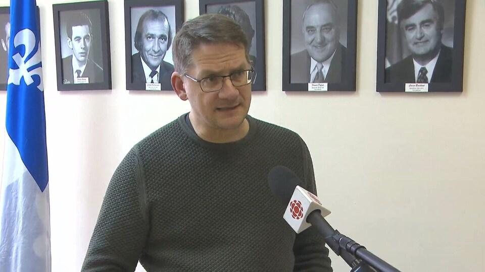 Sylvain Gaudreault en entrevue dans son bureau.