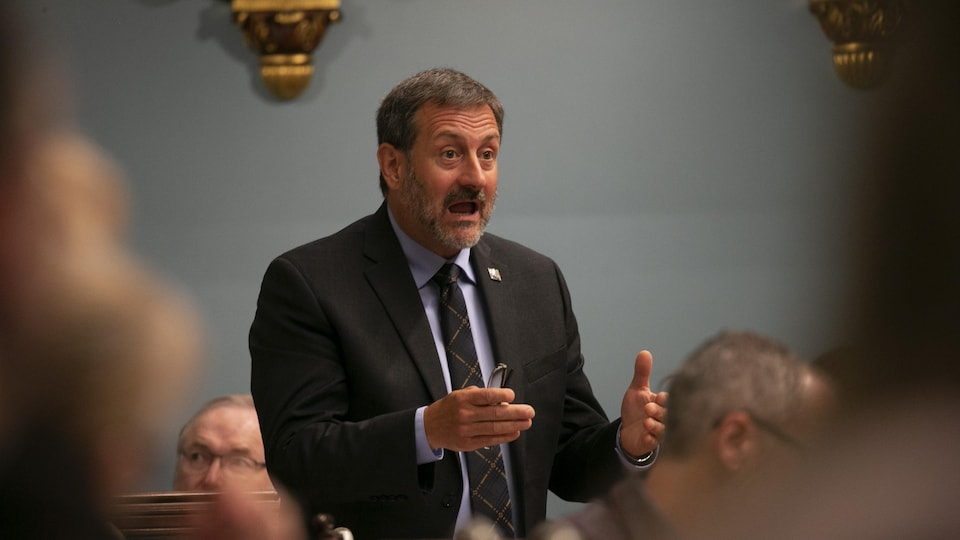 Plan moyen de Sylvain Roy en plein débat à l'Assemblée nationale, en juin 2019.