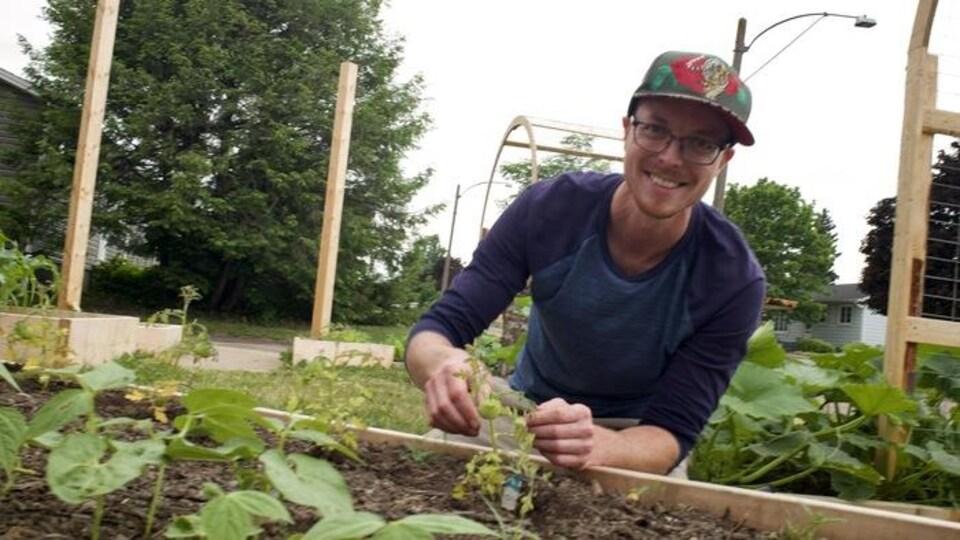 Sylvain Ward, résident de Moncton, dans son jardin.
