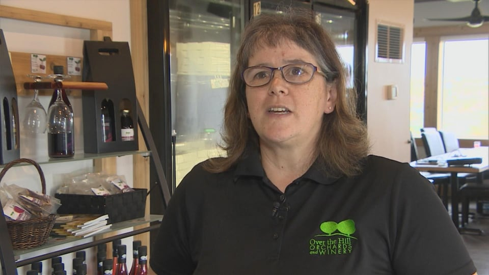 Plan moyen de Sylvia Kreutzer donnant une entrevue à l'intérieur de l'économusée.