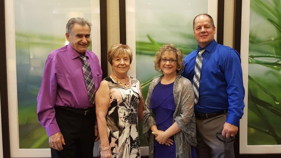 Sylvie B. Bouchard, entouré de son mari Gilbert Bouchard et de ses parents.