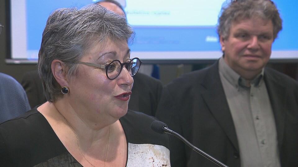 Sylvie Vignet remercie les citoyens au podium.