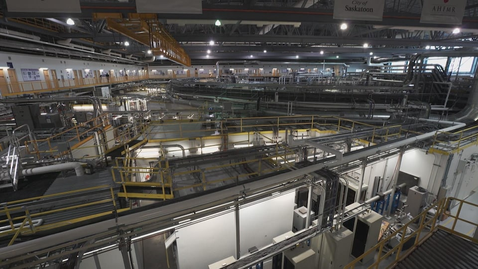 On voit les installations complexes du synchrotron.