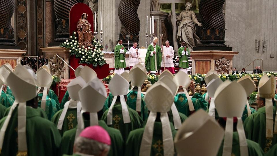 Des religieux assistent à une assemblée menée par le pape François au Vatican.