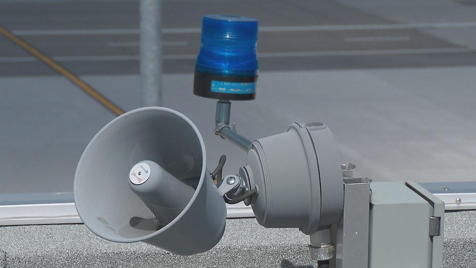 Le klaxon émettant l'alarme sonore et la lumière bleue qui s'allument lors d'une alerte météo à l'Aéroport international Jean-Lesage de Québec.
