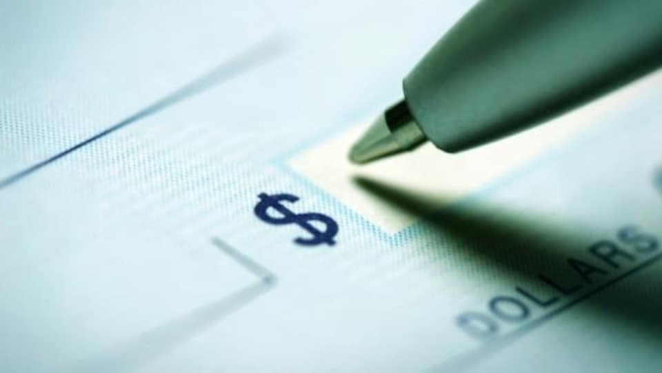 Un stylo sur un chèque.